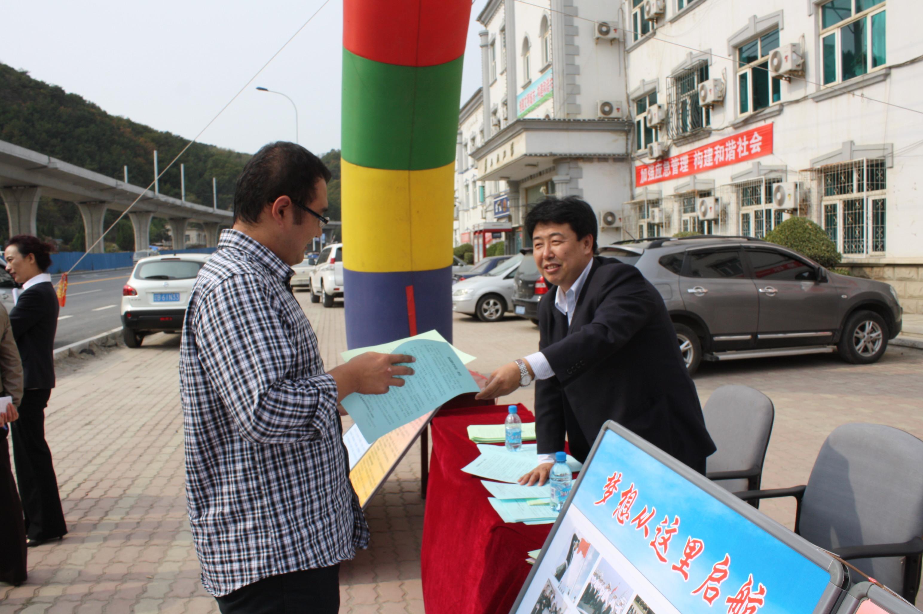 龙王塘街道办事处主任赵百强等街道领导汇报冬季征兵工作进展情况 -图片