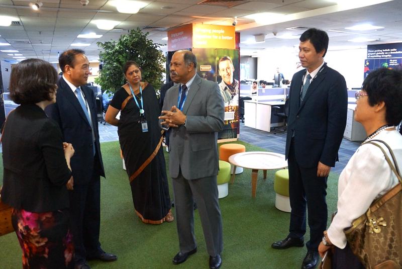 高新区代表团陪同市长肖盛峰拜访简柏特、HCL